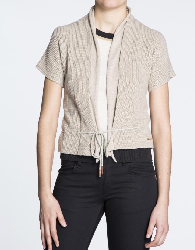 Veste courte, manches courtes en coton écru avec lacet.