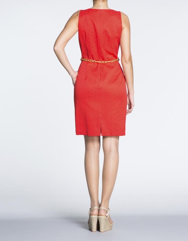 Robe droite cloquée, points couleur rouge géranium.