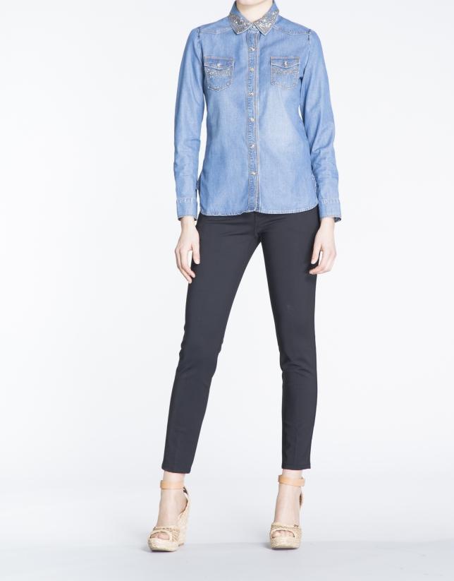 Camisa manga larga denim con strass.