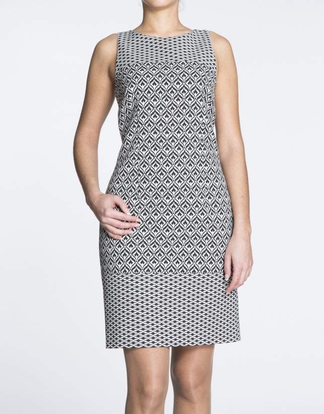 Vestido recto print geométrico en blanco y negro.