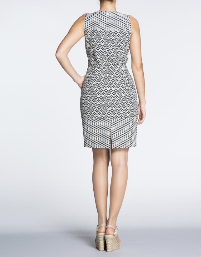 Robe droite, motif géométrique en noir et blanc.