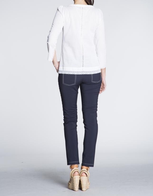 Blusa de batista blanca con encajes.