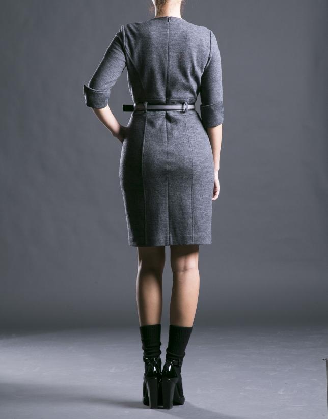 Robe grise cintrée, avec ceinture