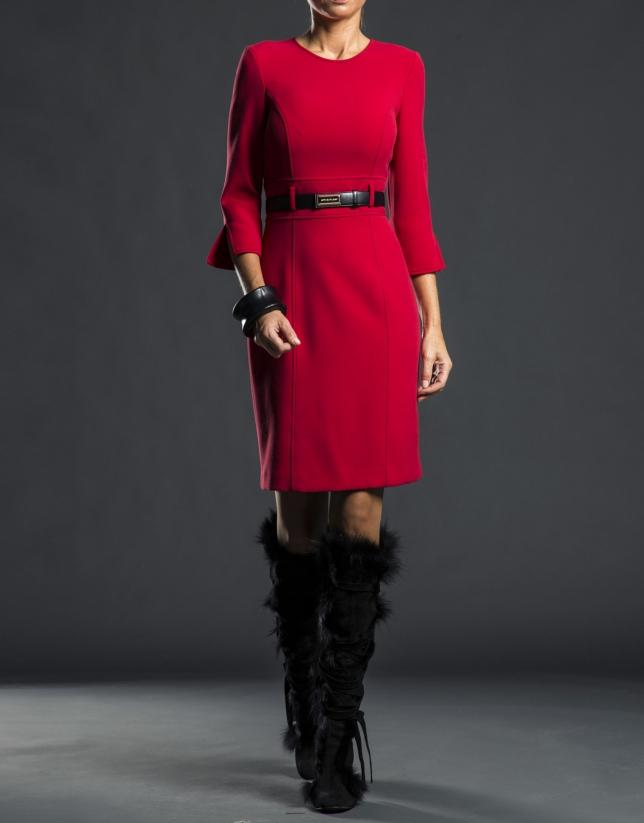 Robe cintrée avec ceinture rouge