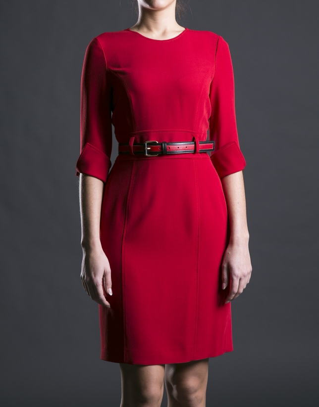 Robe rouge ceintrée, avec ceinture
