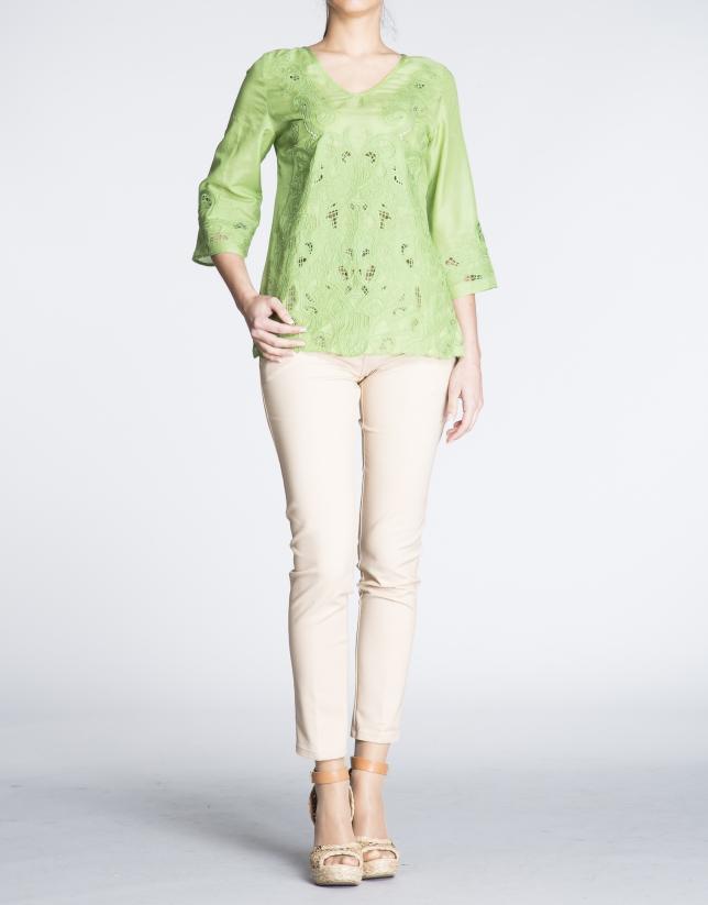 Tunique en soie verte avec broderies.