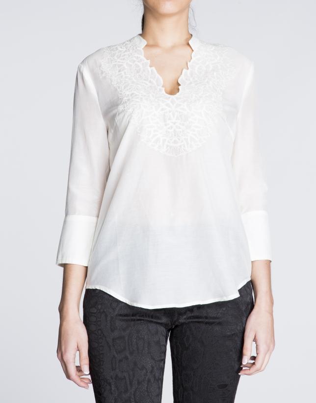 Blusa de seda beige con escote bordado a tono.