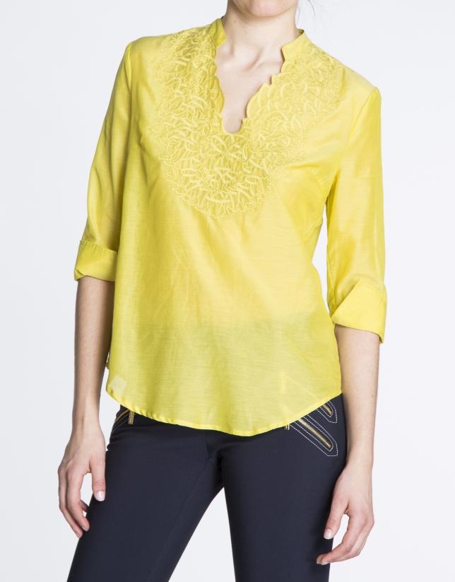 Chemisier en soie jaune avec encolure brodée assortie.