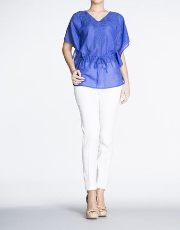 Blusón de seda azul Klein con bordado de hojas.