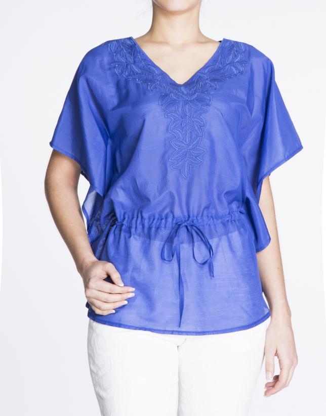 Tunique en soie bleu Klein avec broderie de feuilles.