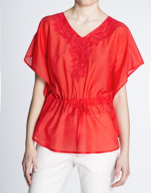 Blusón de seda rojo geranio con bordado de hojas.