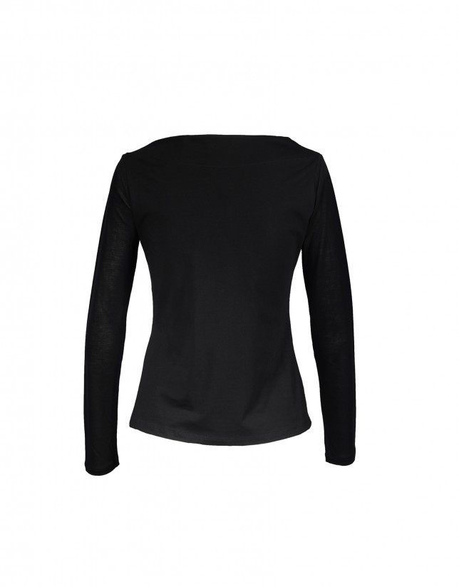 Black t-shirt with RV logo