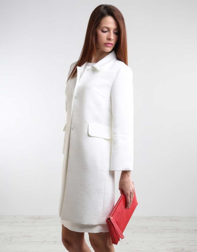 Abrigos de mujer Eleva tu temperatura con lo último en abrigos de mujer. Descubre esta colección en la que las texturas, el confort y la sensibilidad se envuelven de glamour y de belleza.