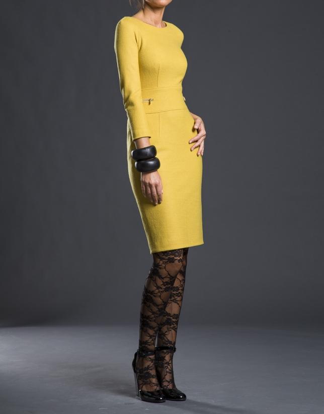 Robe couleur moutarde cintrée, maille fine