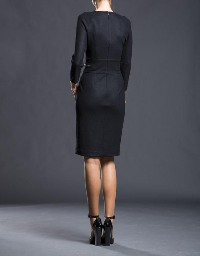 Robe noire cintrée, maille fine