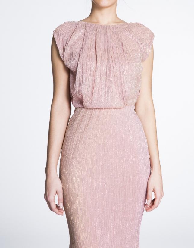 Vestido largo fiesta en tejido brillante rosa.