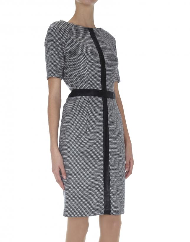 Robe en laine grise à manches courtes.