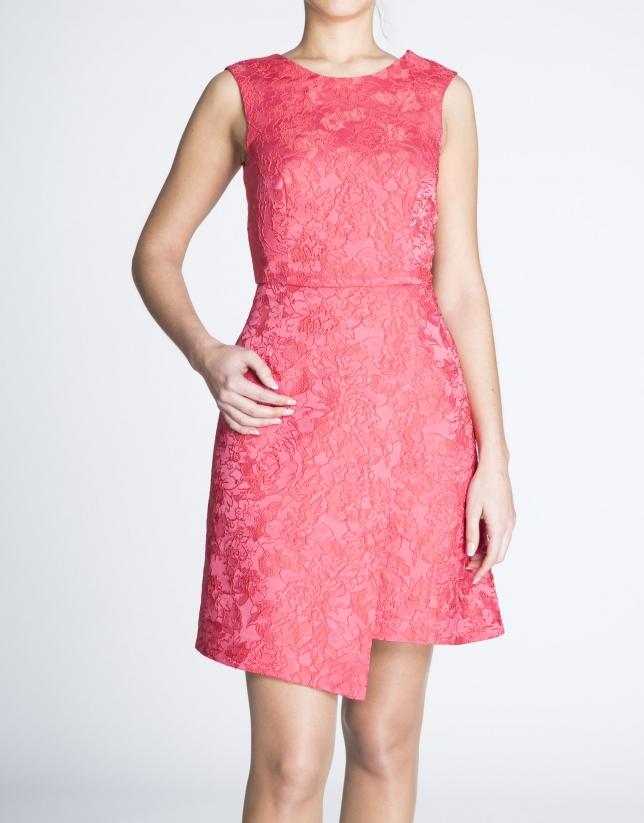 Vestido sisas abierto en espalda tono coral.