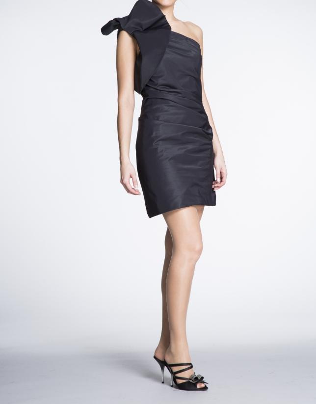 Vestido negro asimétrico corto con volante en hombro.