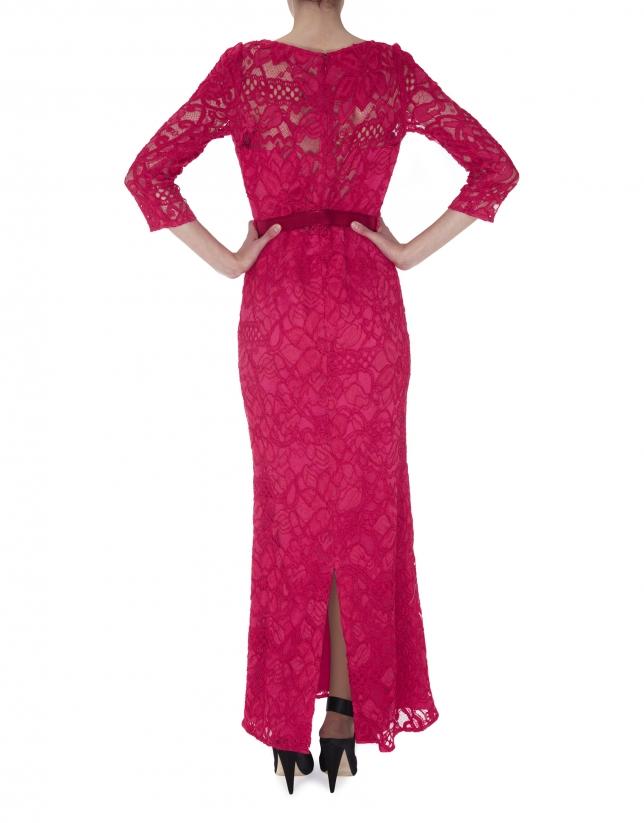 Vestido recto largo manga larga encaje rosa con transparencias.