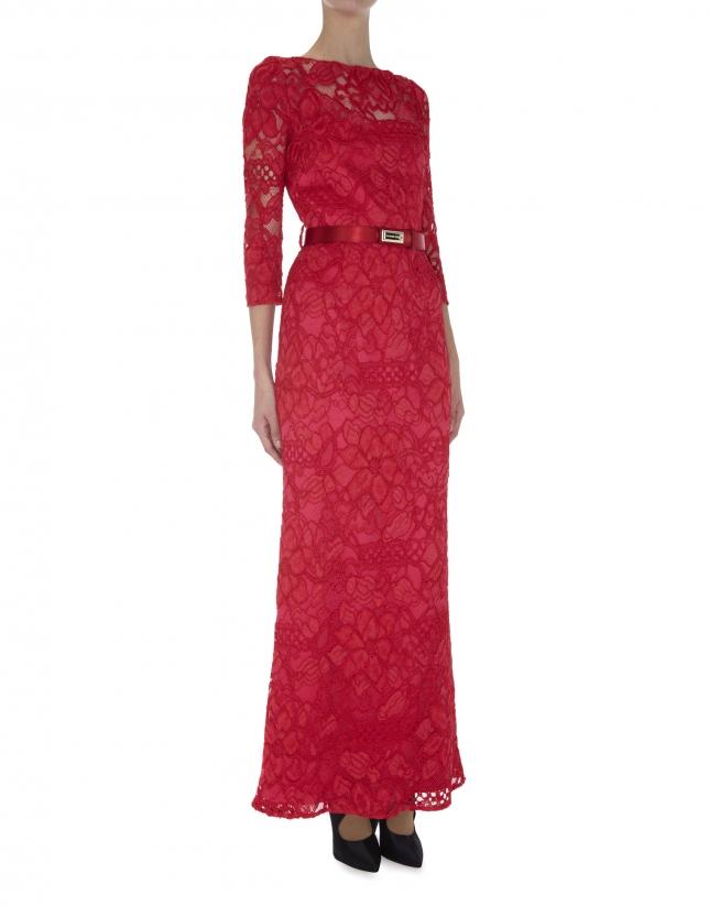 Vestido recto largo manga larga encaje rojo con transparencias.