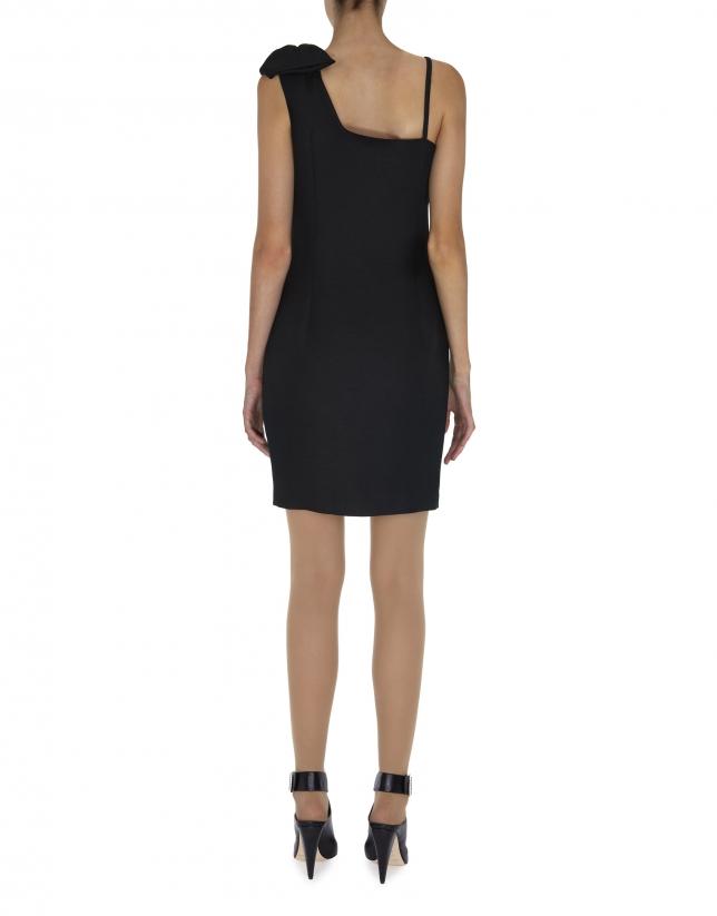Vestido negro asimétrico con lazo en hombro
