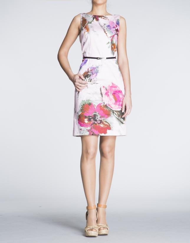 Robe droite à bretelles, motif fleuri sur fond rose.
