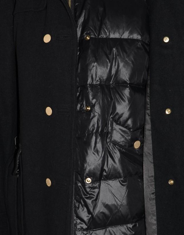 Trench negro con interior acolchado y capucha.