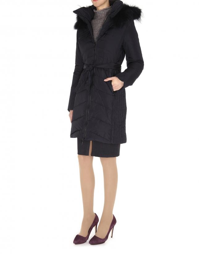 Plumas largo negro con capucha y pieza extraíble de pelo de mapache.