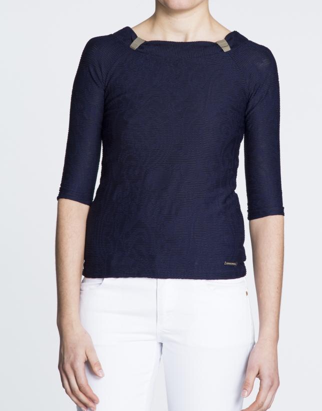 Camiseta azul marino acanalada.