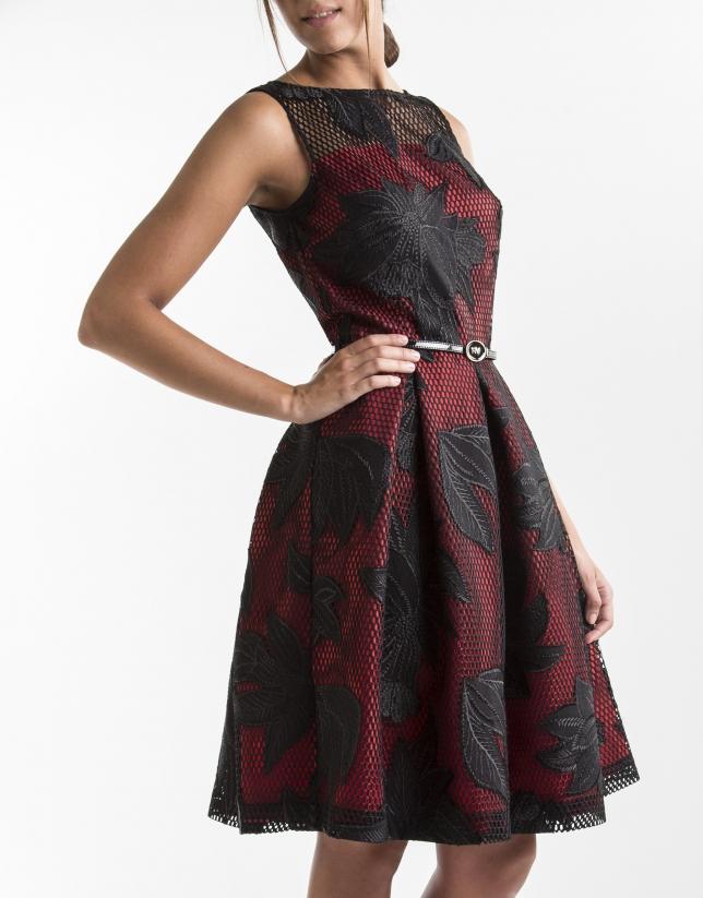Robe à broderie noire sur fond rouge