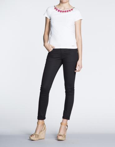 Camiseta de algodón blanca con strass en cuello.