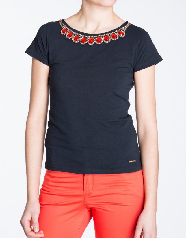 Camiseta de algodón negra con strass en cuello.