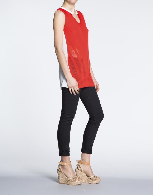Camiseta larga de sisas en coral y crudo.