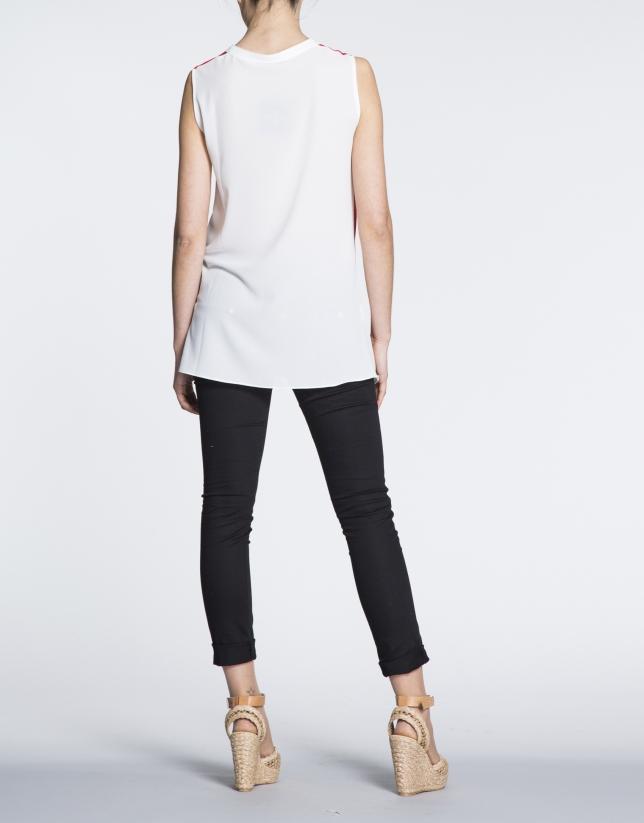 T-shirt long à bretelles couleur corail et écru.