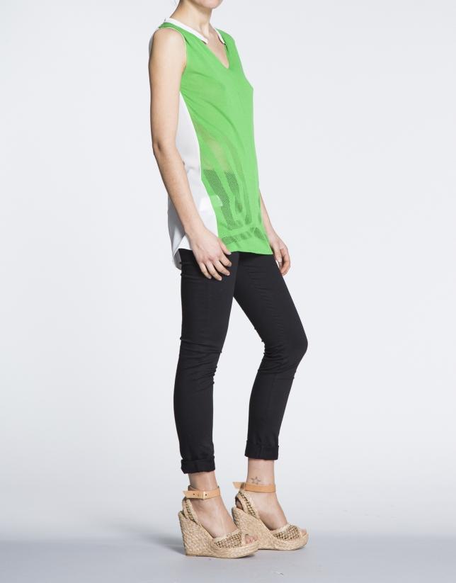 T-shirt long à bretelles vert et écru.