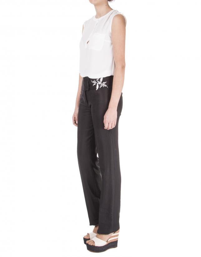 Pantalón oscuro recto con bordado