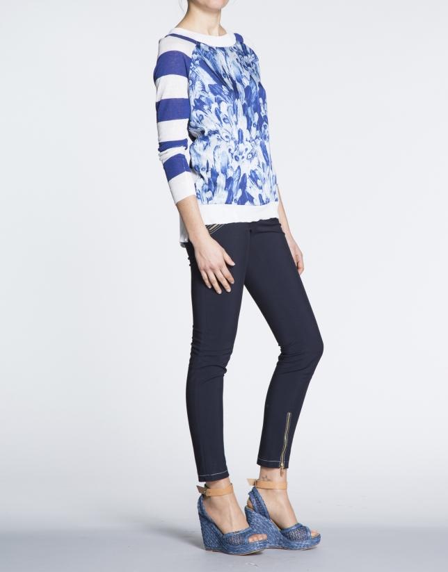 Camiseta lino con estampado azul marino y franjas.