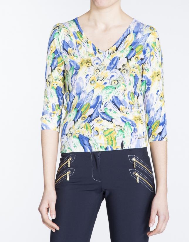 Camiseta manga tres cuartos estampado plumas.