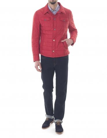 Veste col chemisier rouge.