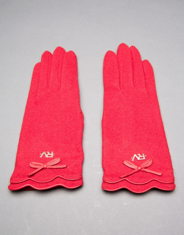 Gant tricot rouge avec liserés et nœud en cuir assorti