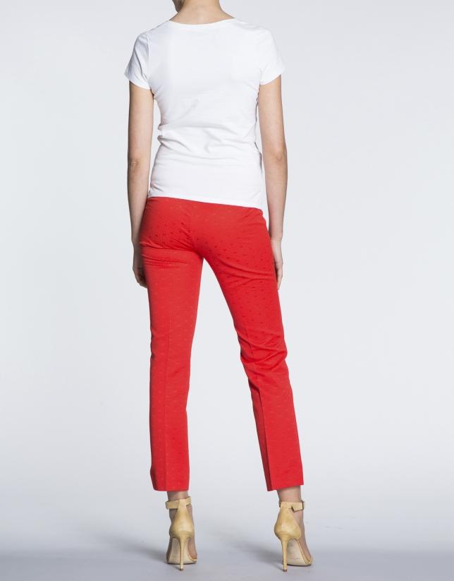 Camiseta blanca de manga corta y cuello pico con estampado animal.