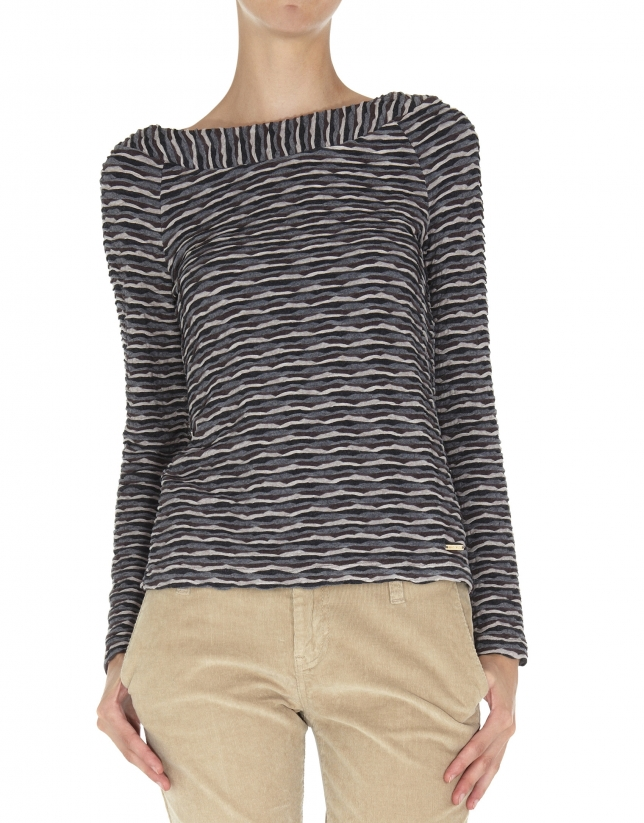 Camiseta cuello barco tejido relieve ondas en grises