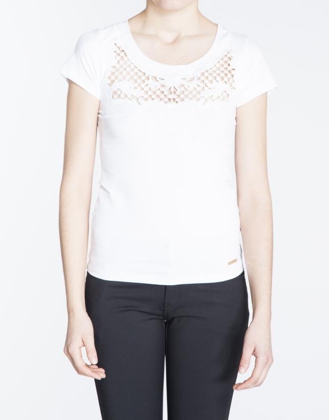 T-shirt blanc à manches courtes avec dentelle sur le devant.