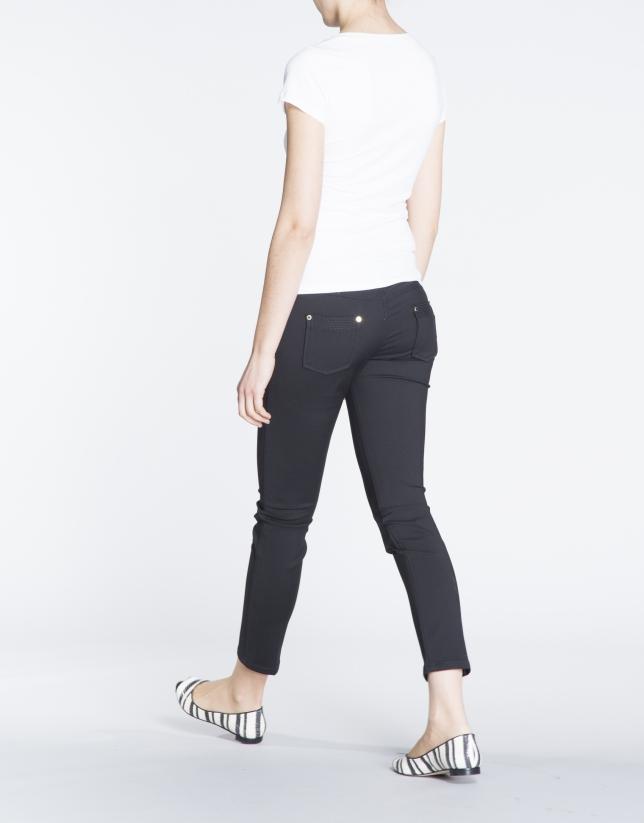Camiseta blanca de manga corta con calado en delantero.