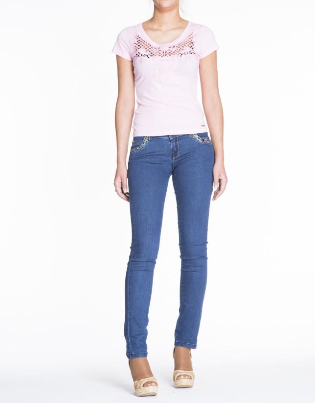 Camiseta rosa de manga corta con calado en delantero.