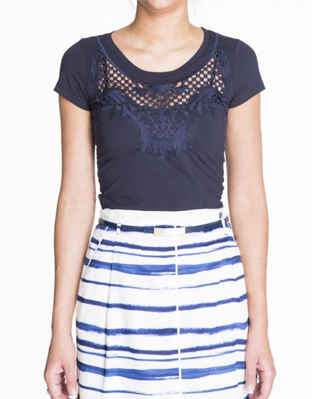 T-shirt bleu à manches courtes avec dentelle sur le devant.