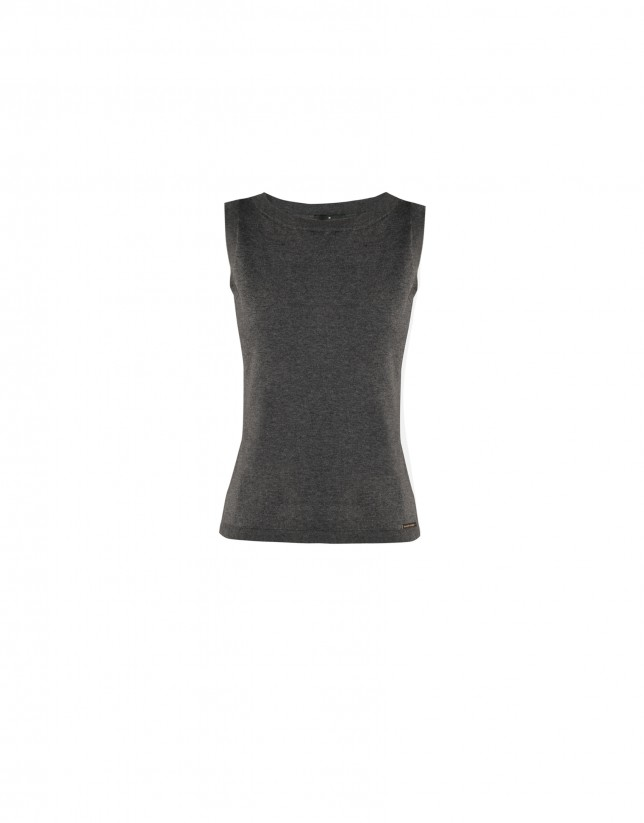 Sleeveless grey round neck sweater