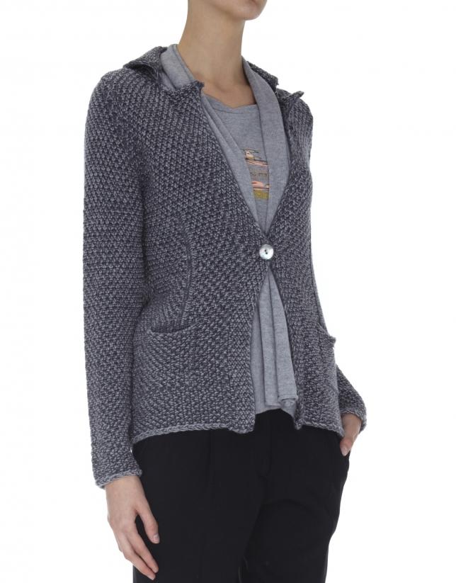 Chaqueta estilo blazer de punto gris combinada con tejido en cuello