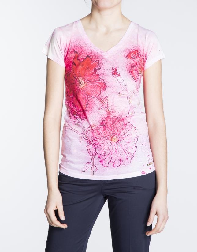 Camiseta estampado floral en tonos rosa.